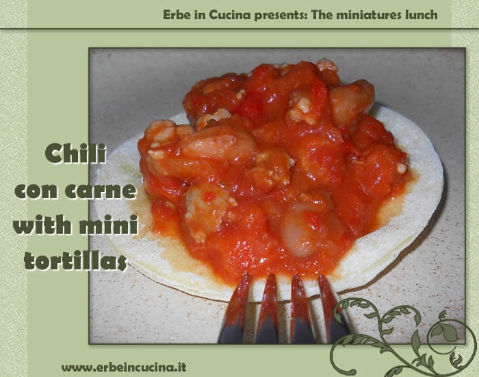Chili con carne with mini tortillas