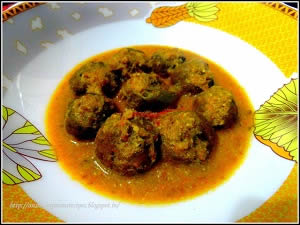 Spiced raw/unripe banana balls with rich gravy